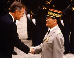 14 Juillet 1991 - Rambouillet - Chief Commander of Légion of Merit - Décoration par le Président Bush (USA)- 2