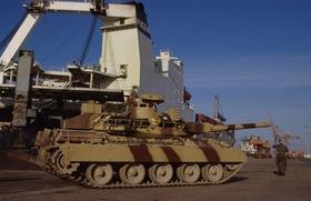 Débarquement des chars lourds de combat AMX 30 B2 du 4e régiment de dragons, à partir du