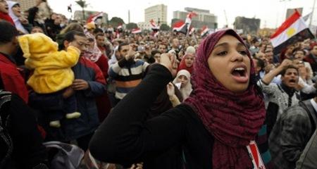 la-foule-continuait-hier-a-manifester-sur-la-place-tahrir-au-caire