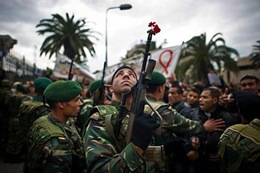 l-armee-ici-lors-d-une-manifestation-a-tunis-le-20-janvier-refuse-de-tirer-sur-la-foule-en-tunisie