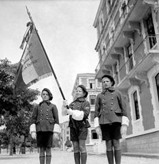 Les enfants de troupe de l'école militaire enfantine Hériot lors d'une cérémonie aux couleurs.
