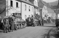 Des obusiers M8 (Howitzer) du CC 4 (Combat Command) de la 5e DB (Division Blindée) rattachée à la 3e DIA (Division d'Infanterie Algérienne) dans le village du Bonhomme libéré.